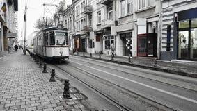 Gammal gata- och spårvagnjärnväg i den Iasi staden Royaltyfria Bilder