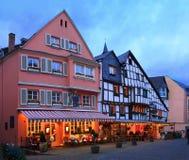Gammal gata på julaftonen i Bernkastel-Kues, Rheinland-Pfalz, Tyskland tonad bild royaltyfri foto