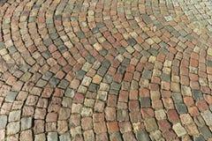 Gammal gata som stenläggas med kullersten france paris Arkivbilder