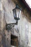 Gammal gatalampa i gamla hörn av Prague.Old-gatalampan Royaltyfria Bilder