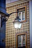 Gammal gatalampa på en klassisk fasad Royaltyfri Bild