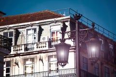 Gammal gatalampa på en klassisk fasad i Lissabon Arkivfoton