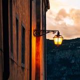 Gammal gatalampa på solnedgången i Malcesine, på sjön Garda, Italien Arkivfoton