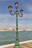 Gammal gataljus och Venedig cityscape, siktsfronlagun italy Royaltyfria Foton
