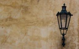 Gammal gatalyktalampa på väggen Arkivbild