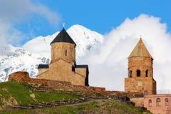 Gammal Gergeti kristen kyrka nära Kazbegi, Georgia royaltyfri foto