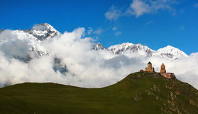 Gammal Gergeti kristen kyrka nära Kazbegi, Stepantsminda by Arkivfoton