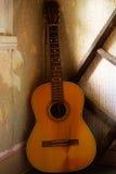gammal gitarr royaltyfri bild
