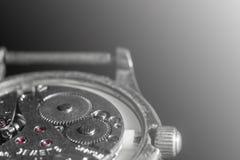 Gammal gjorda suddig klockamekanismnärbild, baksida och främre bakgrund fotografering för bildbyråer