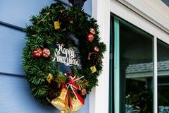 Gammal glad jul undertecknar på blå wood väggbakgrund Arkivbild