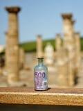 Gammal glasflaska med sedeln för euro 500 inom, makt av pengar Arkivfoto