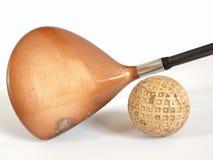 Gammal golfklubb och boll Fotografering för Bildbyråer