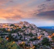 Gammal by Gordes i aftonen, Provence, Frankrike Royaltyfri Foto