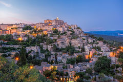 Gammal by Gordes i aftonen, Provence, Frankrike Arkivbild