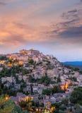 Gammal by Gordes i aftonen, Provence, Frankrike Arkivfoton