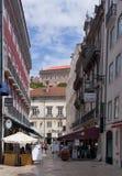 Gammal gränd i Lissabon arkivbild
