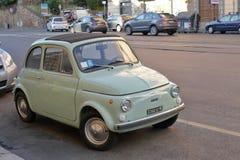 Gammal gräns - gröna Fiat 500 på gatan i Rome, Italien Royaltyfri Fotografi