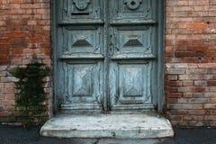 Gammal grå dörr med modeller red med den vita skarven royaltyfria bilder