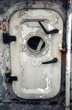 Gammal grå färgskeppdörr med hyttventilen Arkivbild