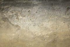Gammal grå vit svart sjaskig betongvägg med sträng skada och skrapor Textur för grov yttersida fotografering för bildbyråer