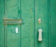 Gammal grön dörr Arkivfoto