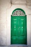 Gammal grön dörr i Malta Arkivbild