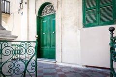 Gammal grön dörr i Malta Arkivfoto