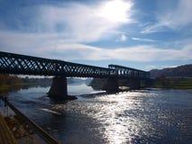 Gammal grön järnvägsbro över floden royaltyfri bild