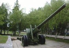Gammal grön kanon för ryssartillerifält, vapen Royaltyfri Foto