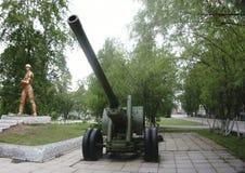 Gammal grön kanon för ryssartillerifält, vapen Arkivbild