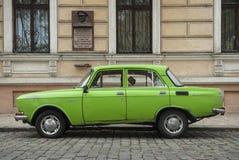 Gammal grön moskovitzbil i Odessa royaltyfria bilder