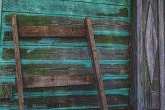 Gammal grön plankavägg royaltyfri bild