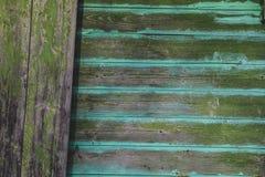 Gammal grön plankavägg royaltyfri fotografi