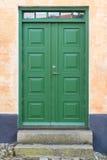 Gammal grön trädubblett-dörr, Danmark Arkivfoto