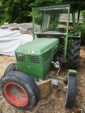 Gammal grön traktor Royaltyfria Foton