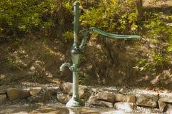 Gammal grön vattenpump Arkivfoton