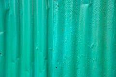 Gammal grön zink med många spikar Arkivfoton