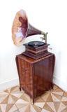 Gammal grammofon med det horn- högtalare- och vinylrekordet Arkivfoton