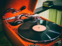 Gammal grammofon som är retro Royaltyfria Bilder