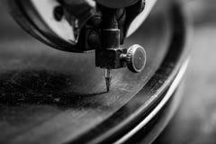 Gammal grammofon som spelar musik som fokuseras på visare, retro stil Arkivbilder