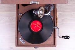 Gammal grammofonspelare, closeup Retro utformad bild av en samling av gammal ` s för lp för vinylrekord med muffar Royaltyfria Foton