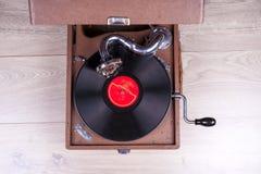 Gammal grammofonspelare, closeup Retro utformad bild av en samling av gammal ` s för lp för vinylrekord med muffar Royaltyfri Fotografi