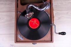 Gammal grammofonspelare, closeup Retro utformad bild av en samling av gammal ` s för lp för vinylrekord med muffar Arkivbild