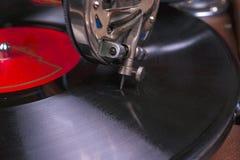 Gammal grammofonspelare, closeup Retro utformad bild av en samling av gammal ` s för lp för vinylrekord med muffar Royaltyfri Bild