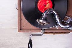 Gammal grammofonspelare, closeup Retro utformad bild av en samling av gammal ` s för lp för vinylrekord med muffar Royaltyfria Bilder
