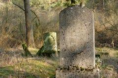 gammal gravsten Arkivfoton
