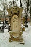 Gammal gravsten i en Moskvakloster Royaltyfri Bild