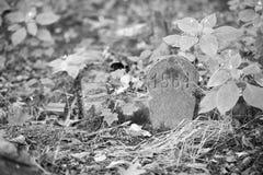 gammal gravsten i kyrkogården Arkivbilder