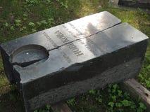 Gammal gravsten nära gamla Simonovo Royaltyfri Bild