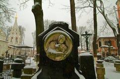 Gammal gravsten på bakgrunden av den ortodoxa kyrkan Royaltyfria Bilder